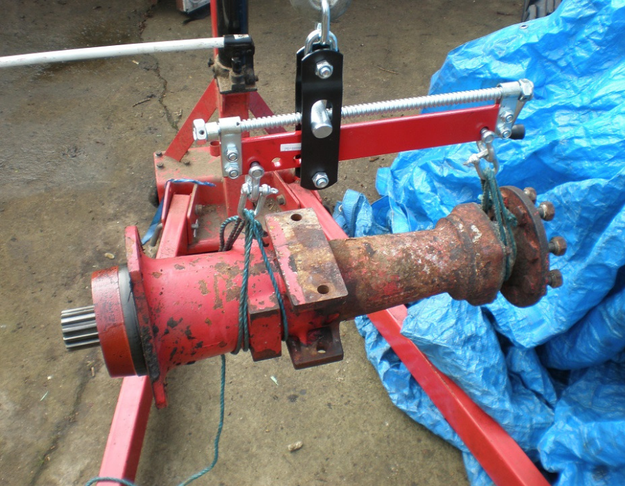 Axle on engine hoist